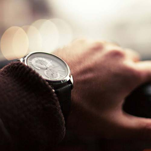 photo-driving-car-watch-hand