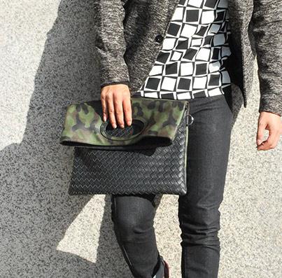 折り畳み型のクラッチバッグ