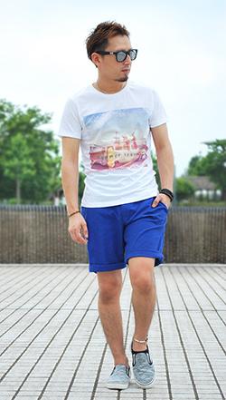 プリントTシャツ×ブルーショーツコーデ