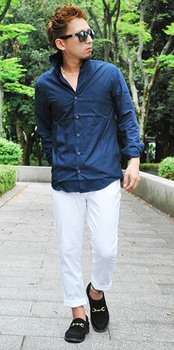 ネイビーシャツ×白パンツコーデ