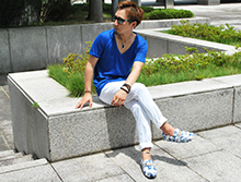 ロイヤルブルーTシャツ×花柄シューズコーデ