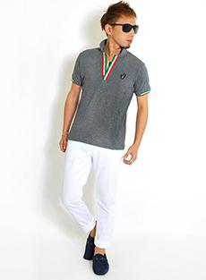 イタリア柄ポロシャツ×白パンツコーデ