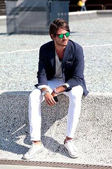 白パンツ×テーラードコーデ