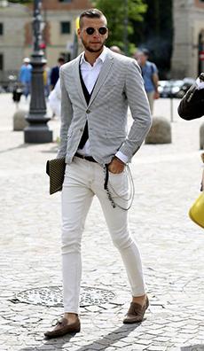 白パンツ×グレーテーラードコーデ