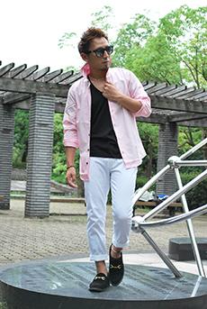 ピンクシャツ×白パンツコーデ