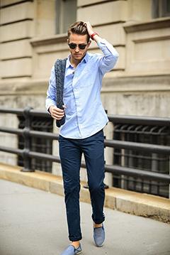 ブルーリネンシャツ×紺パンツコーデ