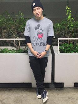 ミッキーキャラクターTシャツ×ストリート系コーディネート