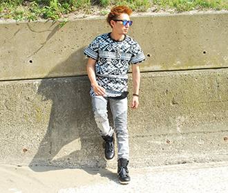 ロング丈ネイティブ柄Tシャツを使ったスニーカーコーデ