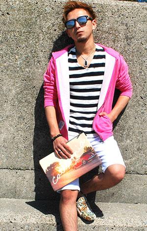 差し色にピンクを使ったパーカーコーデ