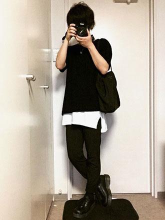 白黒ベースのロング丈Tシャツモノトーンコーディネート