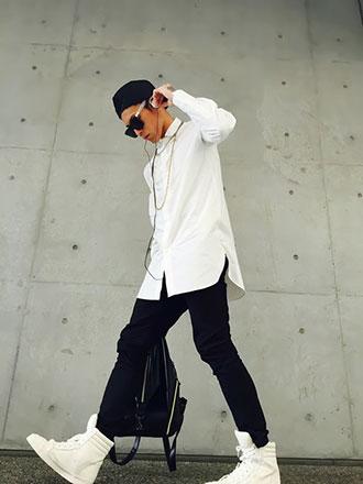 白スニーカー×ロング丈白シャツノームコアコーディネート