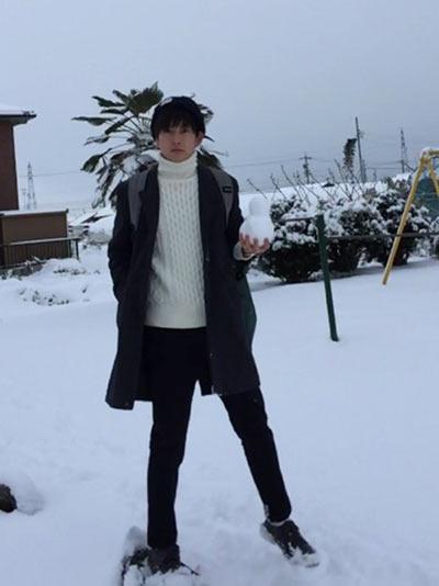 GUタートルネックニットを使った冬のメンズ着こなしコーディネート