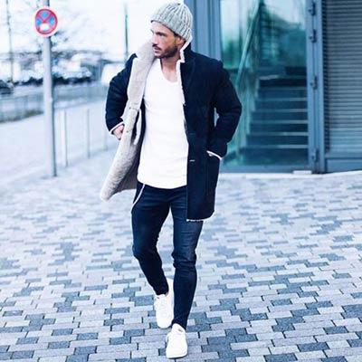 黒のボアコート×白Tシャツコーディネート
