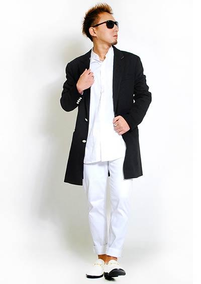 ホワイトコーデに黒チェスターを使ったモノトーン系の着こなし