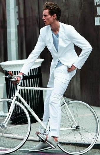 ホワイトのセットアップスーツは目立つ