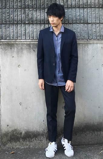 ネイビーのセットアップスーツ×デニムシャツ
