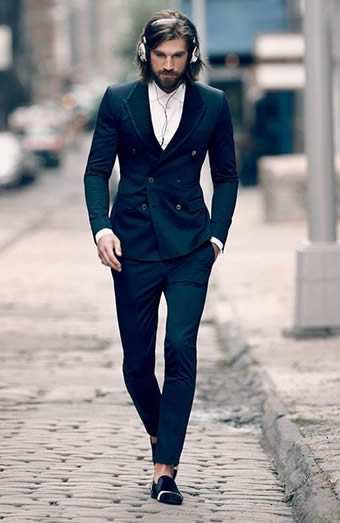 ブラックのセットアップスーツ×デニムシャツ