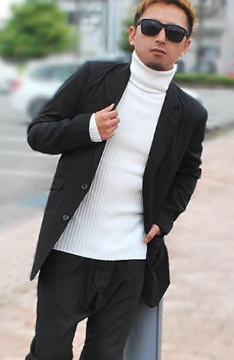 ロング丈で個性的なセットアップスーツ×タートルネックニットセーター