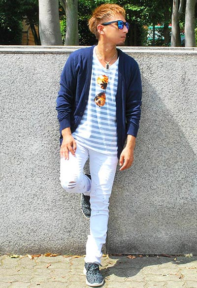 カーディガン×プリントTシャツ×白スキニーパンツで春の着こなし