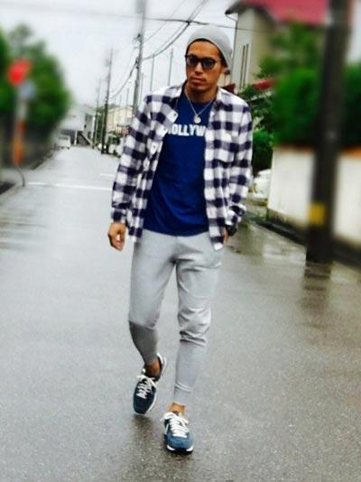 チェックシャツ×グレースウェットパンツ