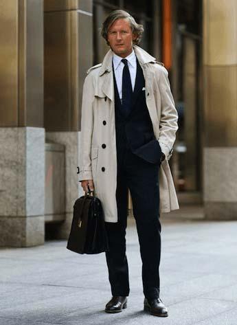 スーツの上から羽織ってビジネスシーンで