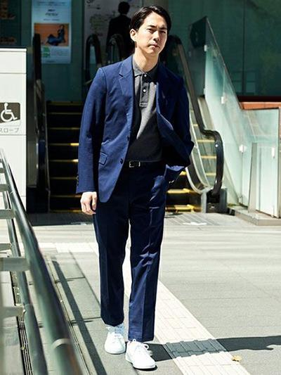 スーツ×スニーカー