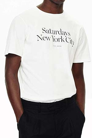 d20de4d8c80 サタデーズ サーフのシンプルなTシャツ。シンプルな白のTシャツは、夏には一枚でその他の季節にはインナーとしても便利♪ちょっとしたロゴが入ることで、オシャレで  ...